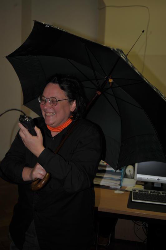 """YL Gudrun, OE1OMA (das Rufzeichen täuscht! :-) ), mit ihrer selbstgebauten """"Regenschirmantenne""""."""