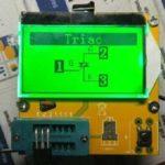 Transistortester, hier mit einem Triac als Testobjekt